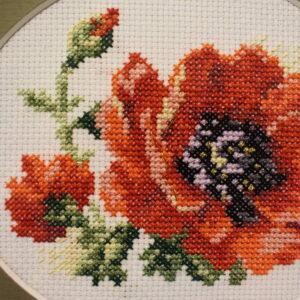 Цветы Маки вышитые на картине
